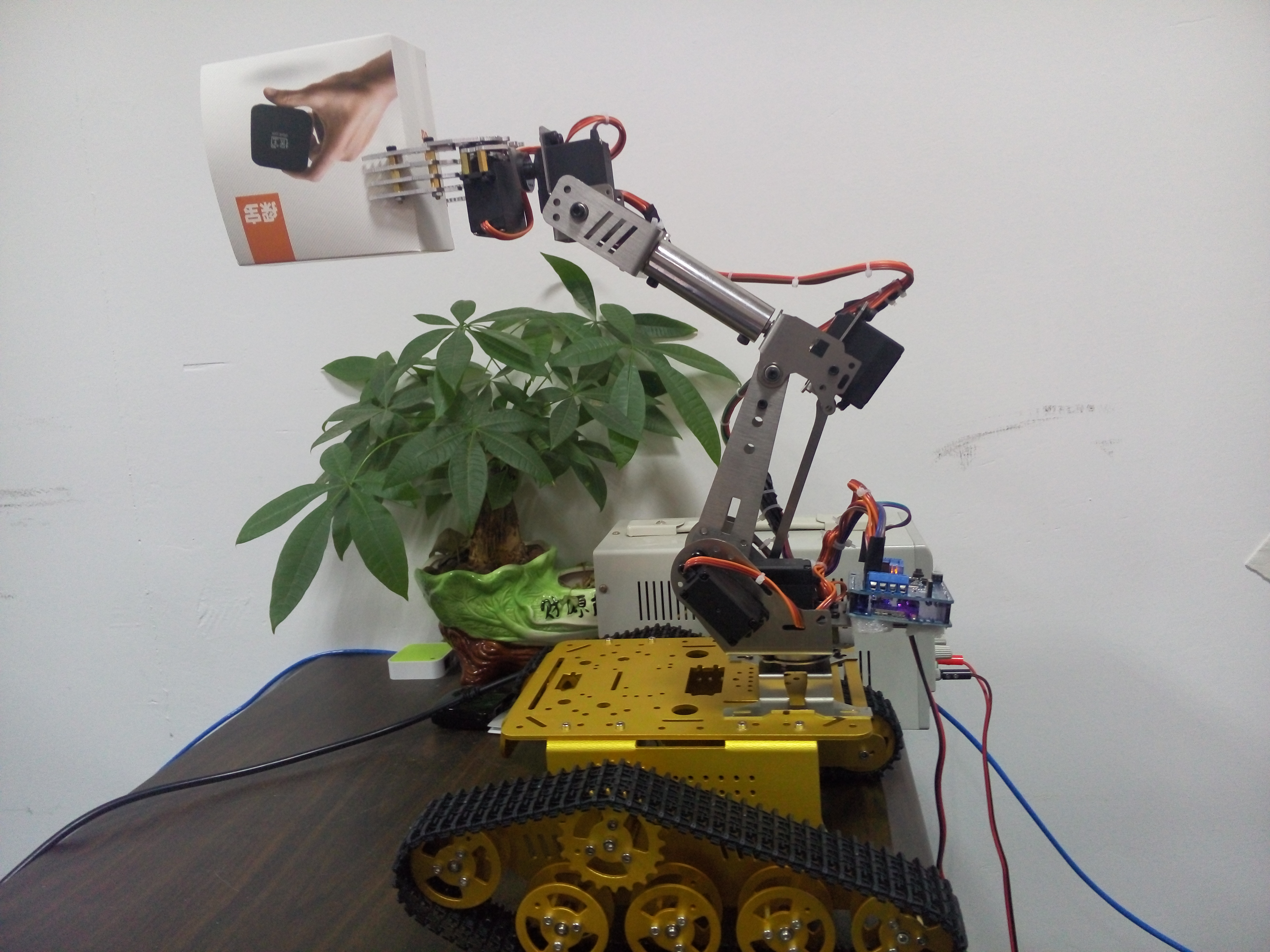 Entrant 60 : ESP8266 controlled 6 DOF robot arm on tank - Everything